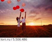 Купить «Пара с воздушными шарами на закате», фото № 5506486, снято 14 декабря 2018 г. (c) Майя Крученкова / Фотобанк Лори