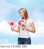 девушка букетом цветов читает открытку. Стоковое фото, фотограф Syda Productions / Фотобанк Лори