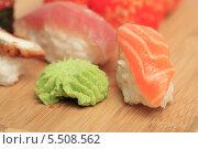 Купить «Суши с лососем и вассаби», эксклюзивное фото № 5508562, снято 20 января 2014 г. (c) Яна Королёва / Фотобанк Лори