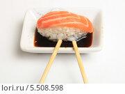 Купить «Суши с лососем в соевом соусе и палочки на белом фоне», эксклюзивное фото № 5508598, снято 20 января 2014 г. (c) Яна Королёва / Фотобанк Лори