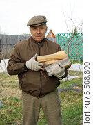 Купить «Мужчина несёт дрова», фото № 5508890, снято 30 апреля 2011 г. (c) Жукова Юлия / Фотобанк Лори