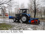 Купить «Трактор чистит улицу», эксклюзивное фото № 5509790, снято 7 января 2014 г. (c) Юрий Морозов / Фотобанк Лори