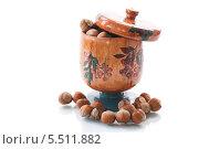 Купить «Лесные орехи в деревянной банке на белом фоне», фото № 5511882, снято 23 января 2014 г. (c) Peredniankina / Фотобанк Лори