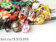 Купить «Горсть конфет», фото № 5513010, снято 27 декабря 2013 г. (c) Евгения Трушкова / Фотобанк Лори