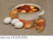 Купить «Яйца в кастрюле с луковым отваром», эксклюзивное фото № 5515914, снято 4 мая 2013 г. (c) Dmitry29 / Фотобанк Лори
