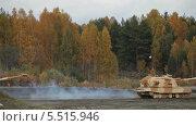 Купить «Тяжелая бронированная военная техника едет по полю вдоль леса», видеоролик № 5515946, снято 13 января 2014 г. (c) Игорь Долгов / Фотобанк Лори