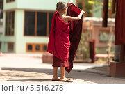 Юный буддист одевается в традиционную одежду монахов кэсу. Стоковое фото, фотограф Гуляева Юлия / Фотобанк Лори