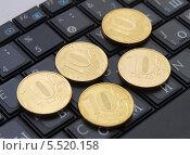 Купить «Электронная коммерция - десятирублевые монеты на клавиатуре россыпью», фото № 5520158, снято 13 января 2014 г. (c) SevenOne / Фотобанк Лори