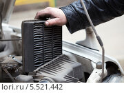 Купить «Замена воздушного фильтра, ремонт автомобилей», фото № 5521442, снято 16 января 2014 г. (c) Анатолий Типляшин / Фотобанк Лори