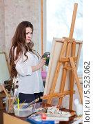 Купить «Девушка рисует в мастерской», фото № 5523062, снято 31 января 2013 г. (c) Яков Филимонов / Фотобанк Лори