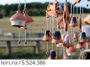 Глиняные колокольчики на фоне сельской местности. Стоковое фото, фотограф Insomnia / Фотобанк Лори