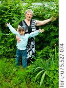 Купить «Бабушка и внучка на даче», эксклюзивное фото № 5527074, снято 23 июня 2013 г. (c) Куликова Вероника / Фотобанк Лори