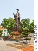 Купить «Статуя вьетнамского императора Ли Тхай То (974-1028). Парк Индиры Ганди, Ханой, Вьетнам», фото № 5527666, снято 21 сентября 2013 г. (c) Иван Марчук / Фотобанк Лори