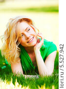 Купить «Красивая блондинка лежит в траве», фото № 5527942, снято 16 мая 2013 г. (c) Иван Михайлов / Фотобанк Лори