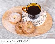 Творожное печенье в форме кольца и горячий кофе на салфетке. Стоковое фото, фотограф Денис Афонин / Фотобанк Лори