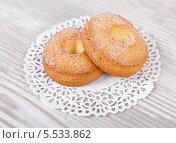 Печенье творожное в форме кольца на салфетке. Стоковое фото, фотограф Денис Афонин / Фотобанк Лори