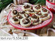 Купить «Рождественское печенье с шоколадом и орехами на блюде», фото № 5534230, снято 10 апреля 2011 г. (c) Татьяна Пинчук / Фотобанк Лори