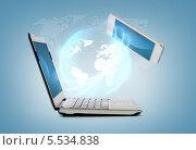 Купить «обмен данными смартфона и ноутбука», фото № 5534838, снято 14 ноября 2013 г. (c) Syda Productions / Фотобанк Лори