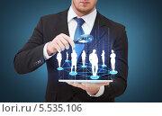 Купить «бизнесмен рассматривает виртуальную социальную на планшетном компьютере сеть сквозь лупу», фото № 5535106, снято 14 ноября 2013 г. (c) Syda Productions / Фотобанк Лори