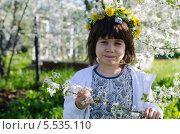 Девочка и цветущий сад. Стоковое фото, фотограф Евгений Степанов / Фотобанк Лори