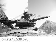 Купить «Крутонаклонный консольный штабелер на гусеничном ходу для перевалки угля», эксклюзивное фото № 5538570, снято 30 января 2014 г. (c) Валерий Акулич / Фотобанк Лори