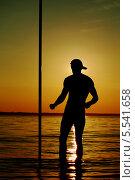Силуэт человека с шестом на фоне закатного моря. Стоковое фото, фотограф Семен Трофимов / Фотобанк Лори