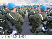 Купить «Солдаты в строю с оружием на параде», фото № 5542454, снято 5 мая 2012 г. (c) Losevsky Pavel / Фотобанк Лори
