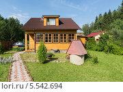 Купить «Деревянный дом на дачном участке», фото № 5542694, снято 12 июня 2012 г. (c) Losevsky Pavel / Фотобанк Лори