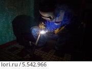 Купить «Сварщик работает в защитном костюме», фото № 5542966, снято 3 августа 2012 г. (c) Losevsky Pavel / Фотобанк Лори