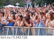 """Купить «Фанаты на концерте рок-группы """"Чайф"""", сад Эрмитаж, 23 июня, 2012, Москва», фото № 5543126, снято 23 июня 2012 г. (c) Losevsky Pavel / Фотобанк Лори"""