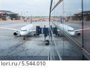 Купить «Самолет около терминала аэропорта», фото № 5544010, снято 2 июля 2012 г. (c) Losevsky Pavel / Фотобанк Лори