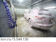 Купить «Автомобиль в пене на автомойке», фото № 5544130, снято 13 февраля 2013 г. (c) Losevsky Pavel / Фотобанк Лори