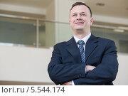 Улыбающийся бизнесмен в костюме и галстуке. Стоковое фото, фотограф Losevsky Pavel / Фотобанк Лори