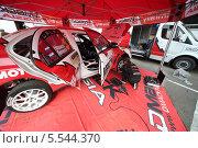Купить «Механик диагностирует колеса автомобиля, Rally Masters Show, Москва», фото № 5544370, снято 21 апреля 2012 г. (c) Losevsky Pavel / Фотобанк Лори