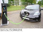 Купить «Электромобиль на зарядной станции», фото № 5544614, снято 18 августа 2012 г. (c) Losevsky Pavel / Фотобанк Лори