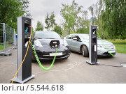 Купить «Два электромобиля на зарядной станции», фото № 5544618, снято 18 августа 2012 г. (c) Losevsky Pavel / Фотобанк Лори