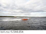 Купить «Гонки моторных лодок на реке», фото № 5544654, снято 29 сентября 2012 г. (c) Losevsky Pavel / Фотобанк Лори