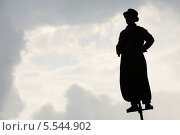 Купить «Чёрный силуэт человека на шесте на фоне неба», фото № 5544902, снято 18 августа 2012 г. (c) Losevsky Pavel / Фотобанк Лори