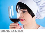 Купить «Повар и бокал вина», фото № 5547890, снято 12 января 2014 г. (c) Quadshock / Фотобанк Лори