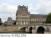 Купить «Вид на музей Лувр и мост Понт Руаяль (Le Pont Royal)», фото № 5552254, снято 29 июня 2013 г. (c) Ирина Андреева / Фотобанк Лори