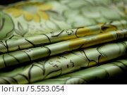 Купить «Складки зелёной ткани с цветными рисунками», фото № 5553054, снято 14 августа 2013 г. (c) Morgenstjerne / Фотобанк Лори