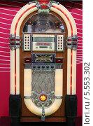Макет музыкального  аппарата для проигрывания пластинок Джук-бокс на выставке в Крокус Экспо (2014 год). Редакционное фото, фотограф Склярова Ирина / Фотобанк Лори