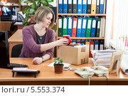 Купить «Увольнение на работе - сбор личных вещей в коробку», фото № 5553374, снято 31 января 2014 г. (c) Кекяляйнен Андрей / Фотобанк Лори