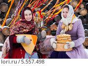 Купить «Масленица. Девушки в праздничной одежде играют на балалайке», фото № 5557498, снято 17 ноября 2017 г. (c) Елена Ермакова / Фотобанк Лори