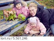 Купить «Молодая мама с двумя девочками (разница в возрасте 2 года)», фото № 5561246, снято 20 октября 2013 г. (c) Марина Гуменюк / Фотобанк Лори