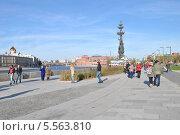Купить «Люди гуляют по Крымской набережной солнечным осенним днем», эксклюзивное фото № 5563810, снято 13 октября 2013 г. (c) lana1501 / Фотобанк Лори