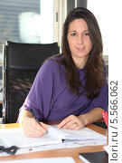 Купить «деловая женщина в офисе за рабочим столом», фото № 5566062, снято 13 февраля 2010 г. (c) Phovoir Images / Фотобанк Лори