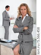 Купить «уверенная в себе деловая женщина сидит на краю стола», фото № 5566458, снято 3 июня 2010 г. (c) Phovoir Images / Фотобанк Лори
