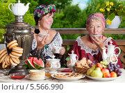 Купить «Две женщины пьют чай из блюдец», фото № 5566990, снято 6 июля 2013 г. (c) Алексей Кузнецов / Фотобанк Лори