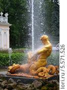 Фонтан в летнем парке Петергофа (2013 год). Редакционное фото, фотограф Ирина Кузнецова / Фотобанк Лори